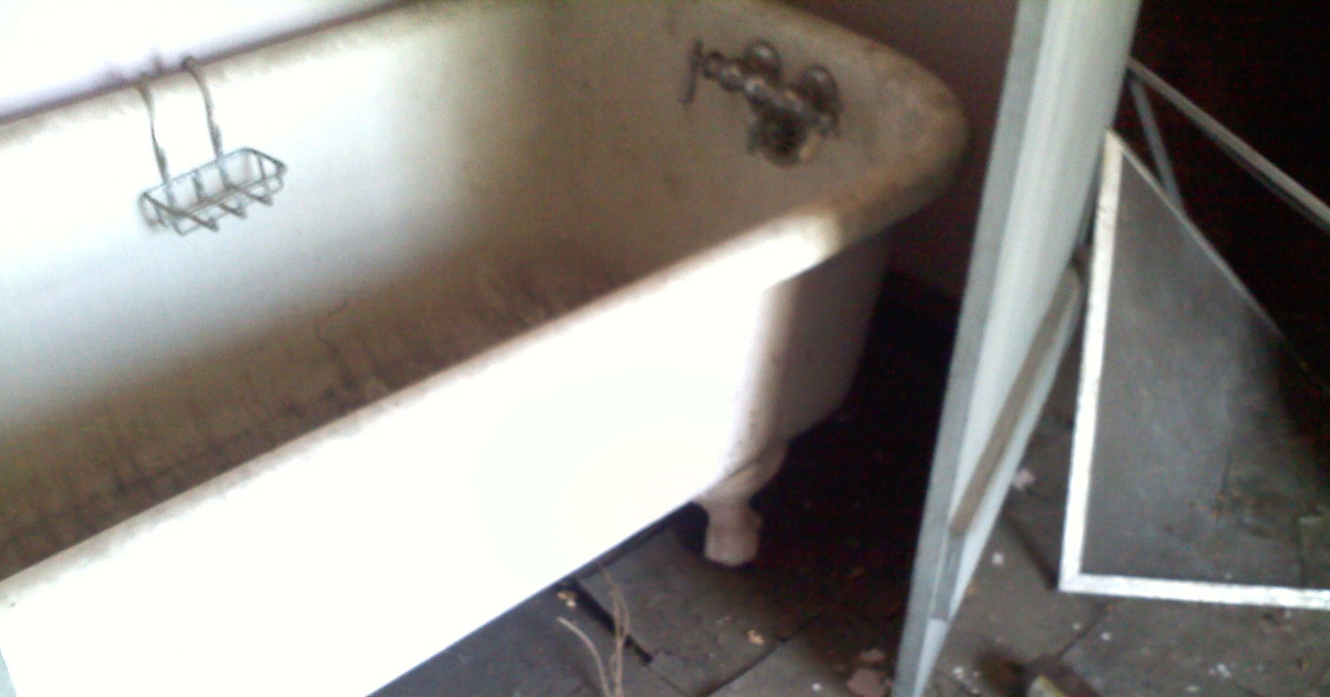 photo of claw foot bath tub on 3rd floor of Kenderdine House
